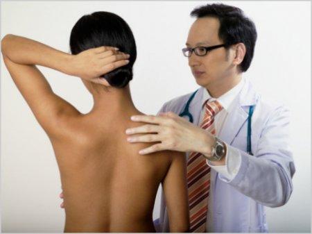 Осмотр поциенпа врачем косметологом фото