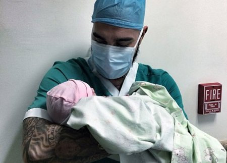 Тимати держит дочку Алена Шишкова фото