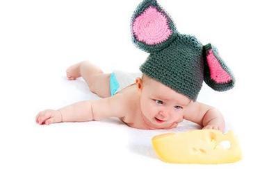 Когда ребенку можно давать сыр? Правила введения кисломолочных продуктов в прикорм.
