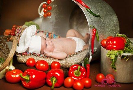 Ребенок в помидорах и перцах