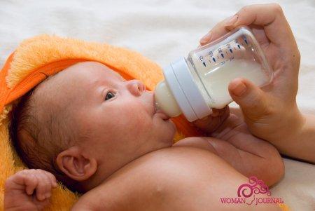новорожденный пьет молоко