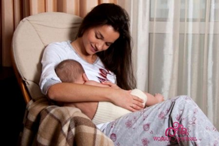 Мама кормит грудью малыша