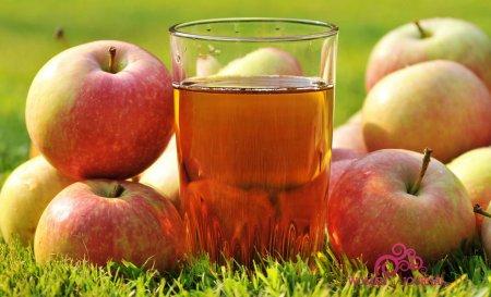 Яблочный сок и яблоки