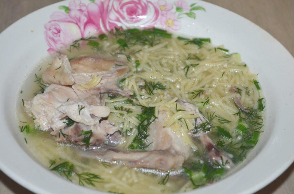 Легкий и вкусный куриный суп с вермишелью-паутинкой фото